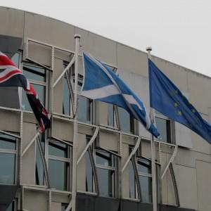 Banderes davant el parlament escocès
